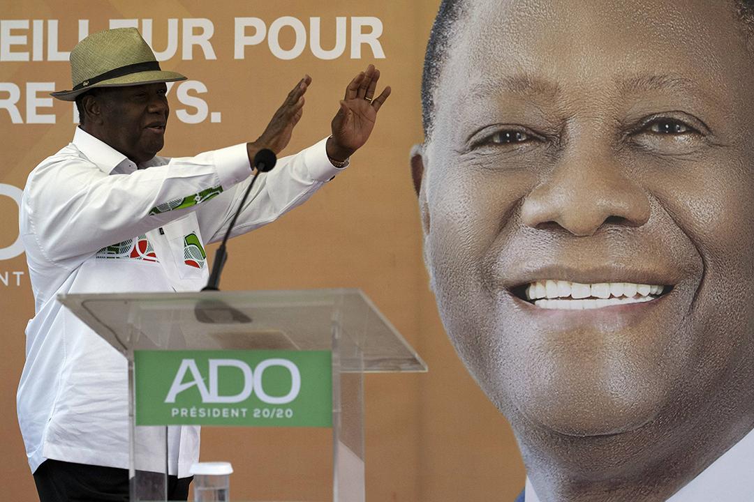 Le président ivoirien Alassane Ouattara salue ses partisans avant de prendre la parole lors d'un rassemblement à Anyama, dans la banlieue d'Abidjan, en Côte d'Ivoire, le 28 octobre 2020.
