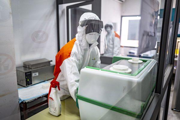 Un technicien de laboratoire incube le virus Covid-19 d'un patient avant de faire un test de diagnostic, le mercredi 8 avril 2020 a l'Institut de recherche en sante, de surveillance epidemiologique et de formation (IRESSEF), a Dakar.