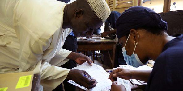 Un électeur vient chercher sa carte électorale avant l'élection présidentielle ivoirienne du 31 octobre 2020.