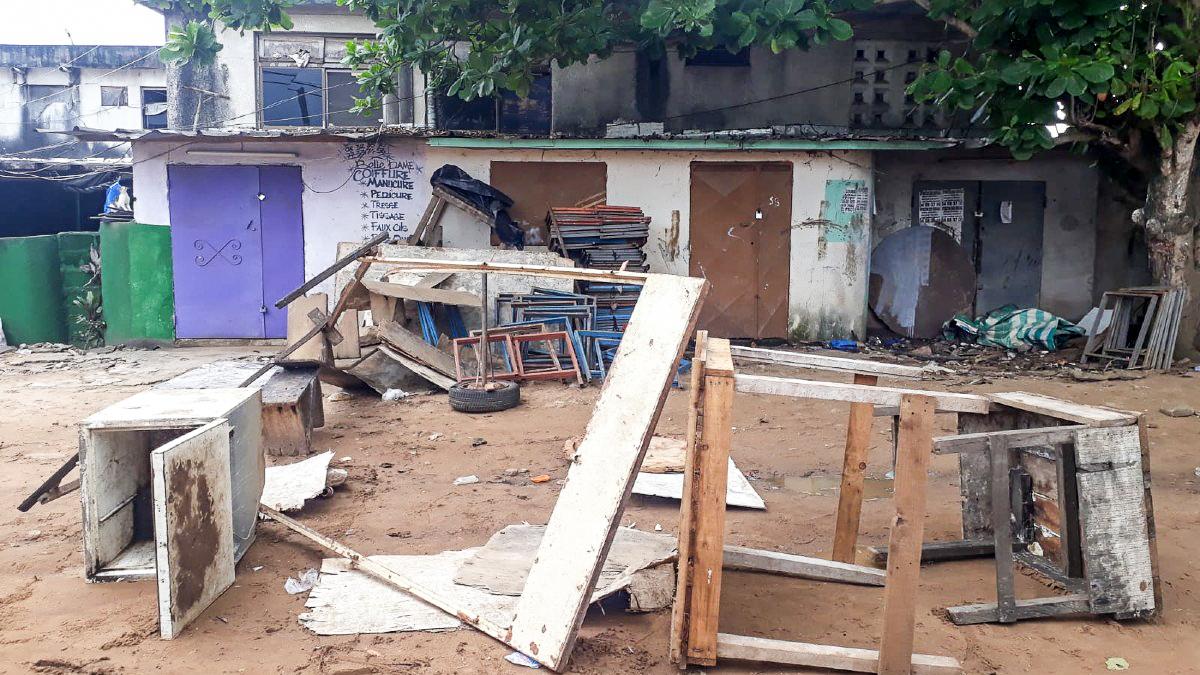 Du matériel de vote saccagé dans le quartier Blockhaus, à Abidjan, le 31 octobre 2020.