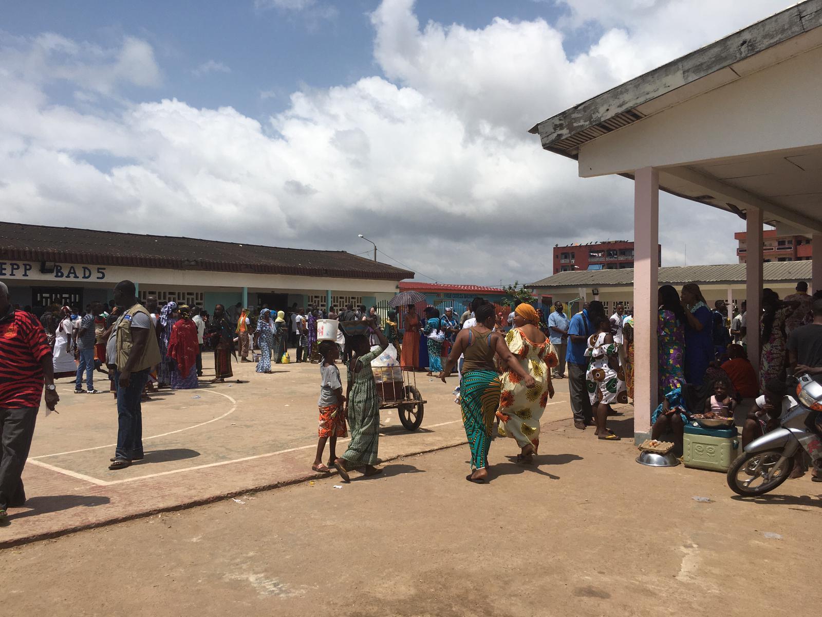 Lors de l'élection présidentielle ivoirienne, le 31 octobre 2020, à l'école Mondon, plus important centre de vote de Koumassi, à Abidjan.