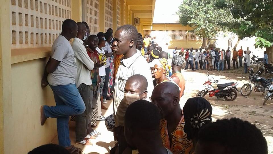 File d'attente devant les bureaux de vote du lycée moderne, à Korhogo, le 31 octobre 2020.