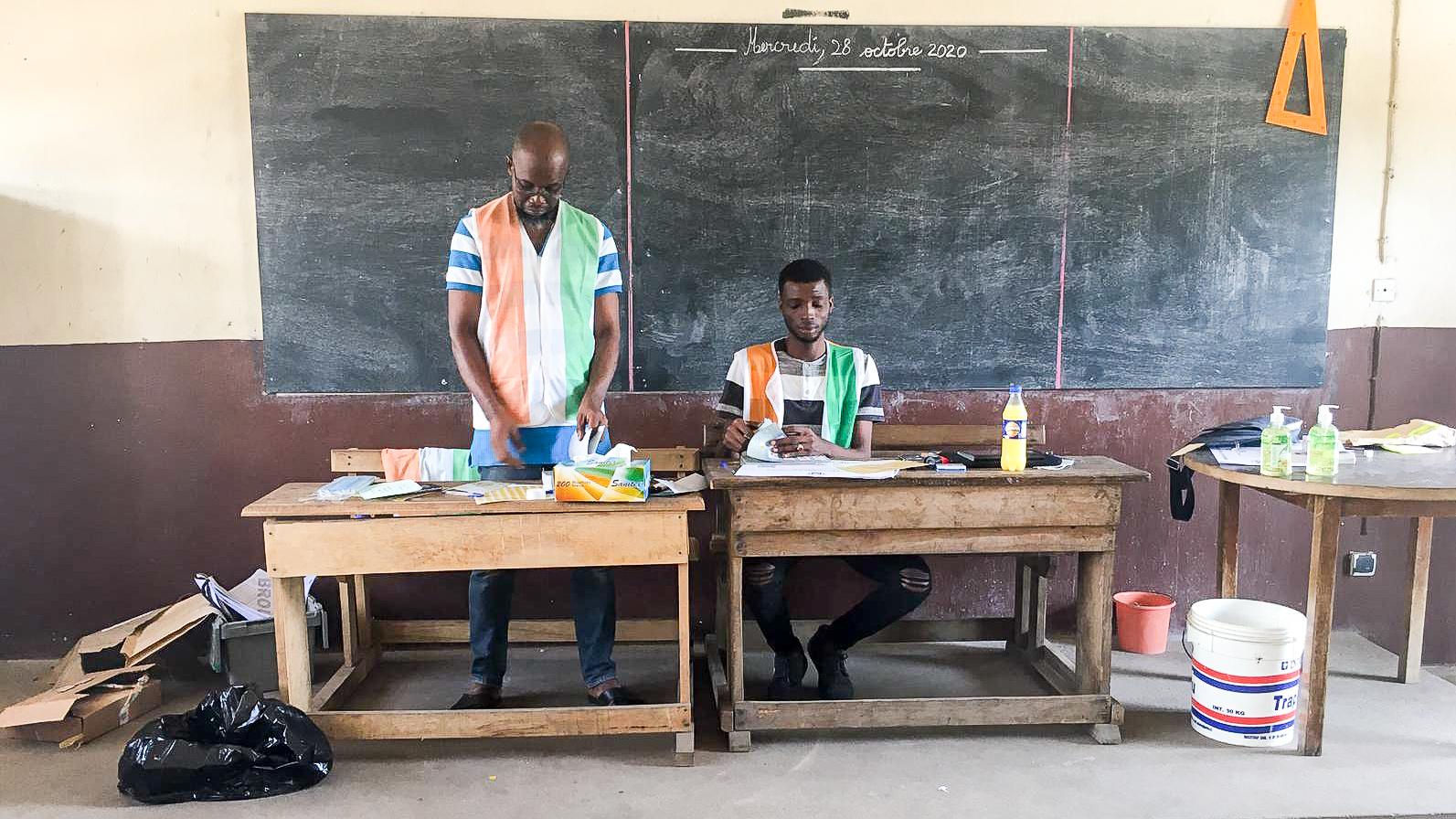 Dans le bureau de vote de l'école Selmek, à Port-Bouët, samedi 31 octobre 2020.