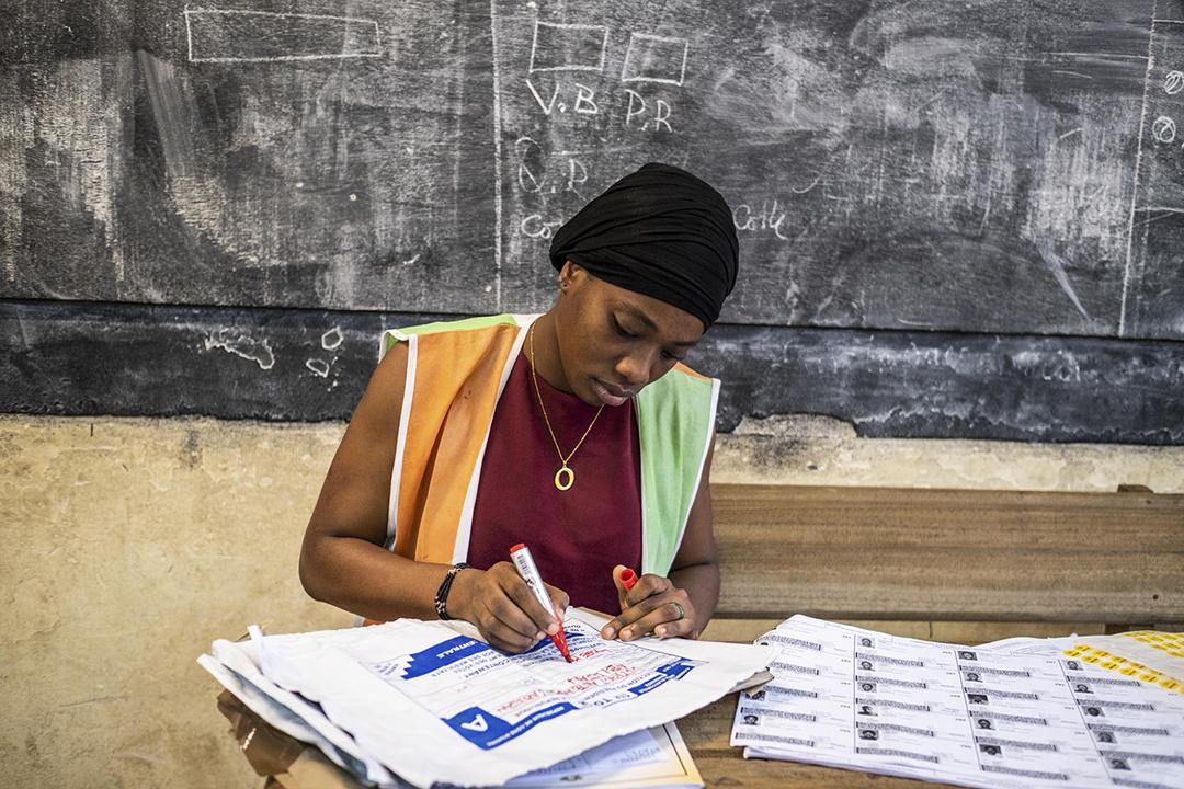 Lors du dépouillement à Abobo, le samedi 31 novembre 2020 pour le premier tour de la présidentielle ivoirienne.