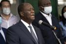 Alassane Ouattara, samedi 31 octobre à Abidjan, prend la parole devant la presse après avoir voté.