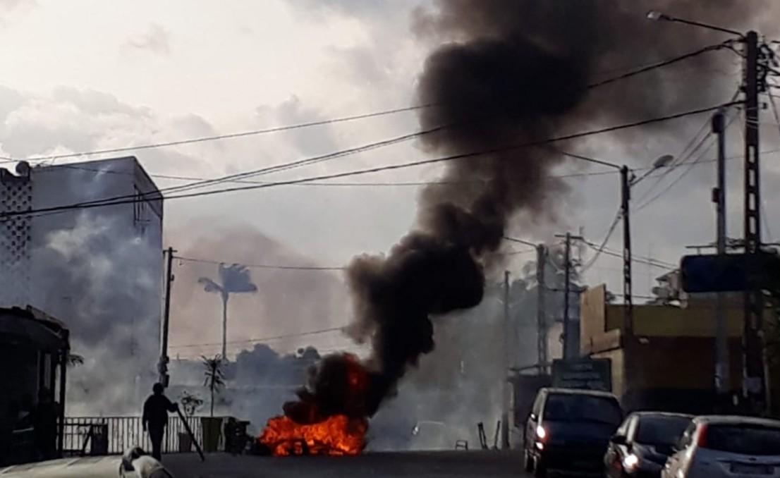 Des manifestants brûlent des pneus à Cocody, une commune d'Abidjan, le 3 novembre 2020.
