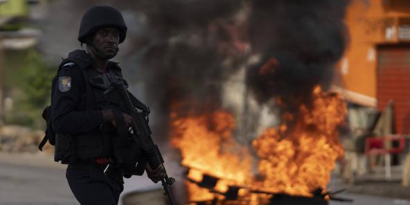 Un policier devant une barricade, à proximité du domicile d'Henri Konan Bédié encerclé par les forces de l'ordre, le 3 novembre 2020.