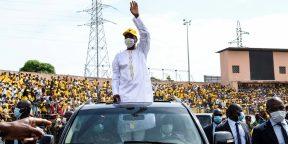 Alpha Condé, lors d'un meeting de campagne à Conakry, le 16 octobre 2020, a été déclaré vainqueur de la présidentielle.