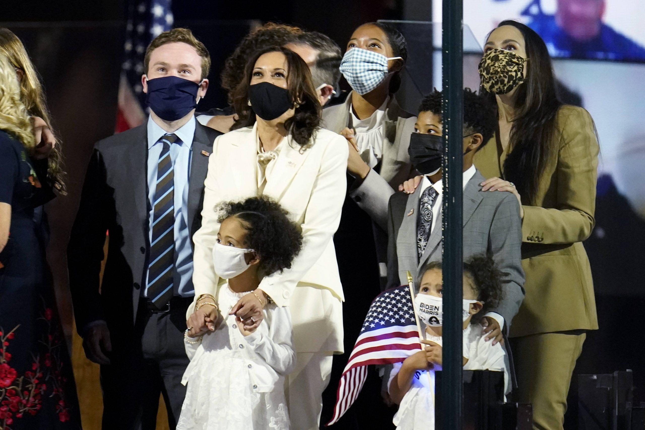 La vice-présidente élue, Kamala Harris, avec sa famille, le 7 novembre, quelques heures après l'annonce de l'élection de Joe Bien à la présidentielle américaine.