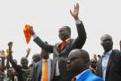 François Bozizé au milieu de la foule de ses partisans, lors du dépôt de sa candidature à la présidentielle du 27 décembre, à Bangui, le 9 novembre 2020.
