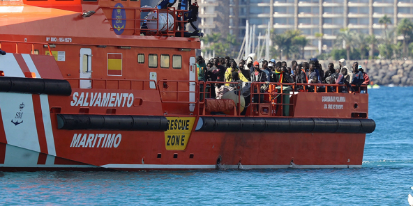 Des migrants arrivent au port d'Arguineguin, dans les îles Canaries, après avoir été secourus par l'Espagnol Salvamento Maritimo alors qu'ils contournaient l'île à bord de pirogues, le 7 novembre 2020.
