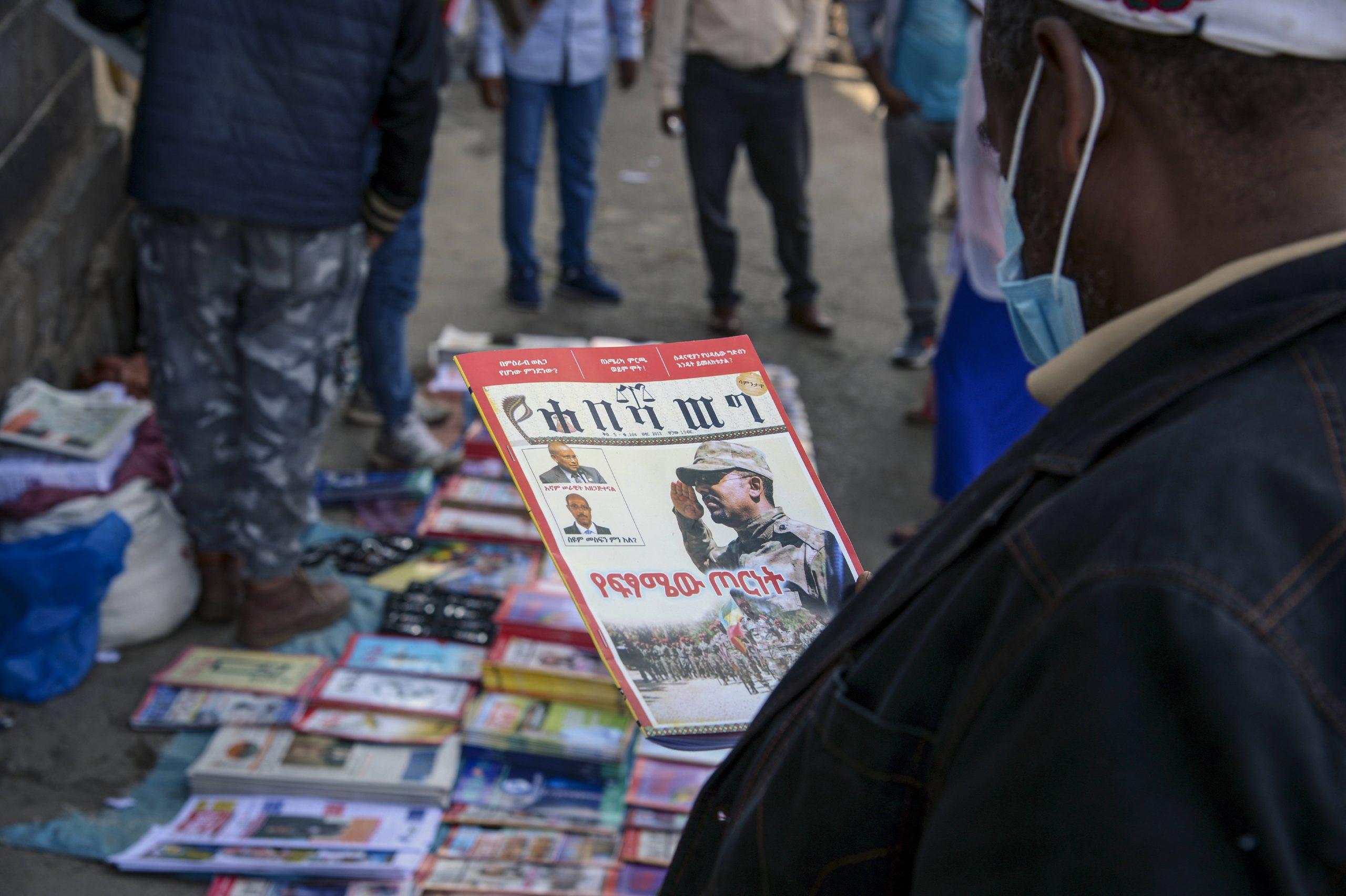 Les une de la presse éthiopienne évoquant les hostilités dans la région du Tigré, à Addis-Abeba, le 7 novembre 2020.
