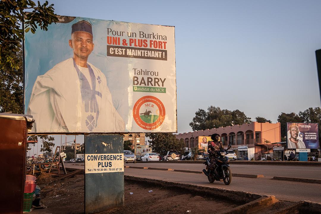 Une affiche du candidat Tahirou Barry à la présidentielle du 22 novembre, dans une rue de Ouagadougou.