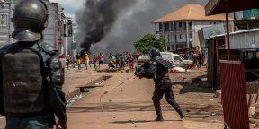 Heurts entre partisans de Cellou Dalein Diallo et policiers à Conakry, le 21 octobre 2020, au lendemain de la présidentielle.