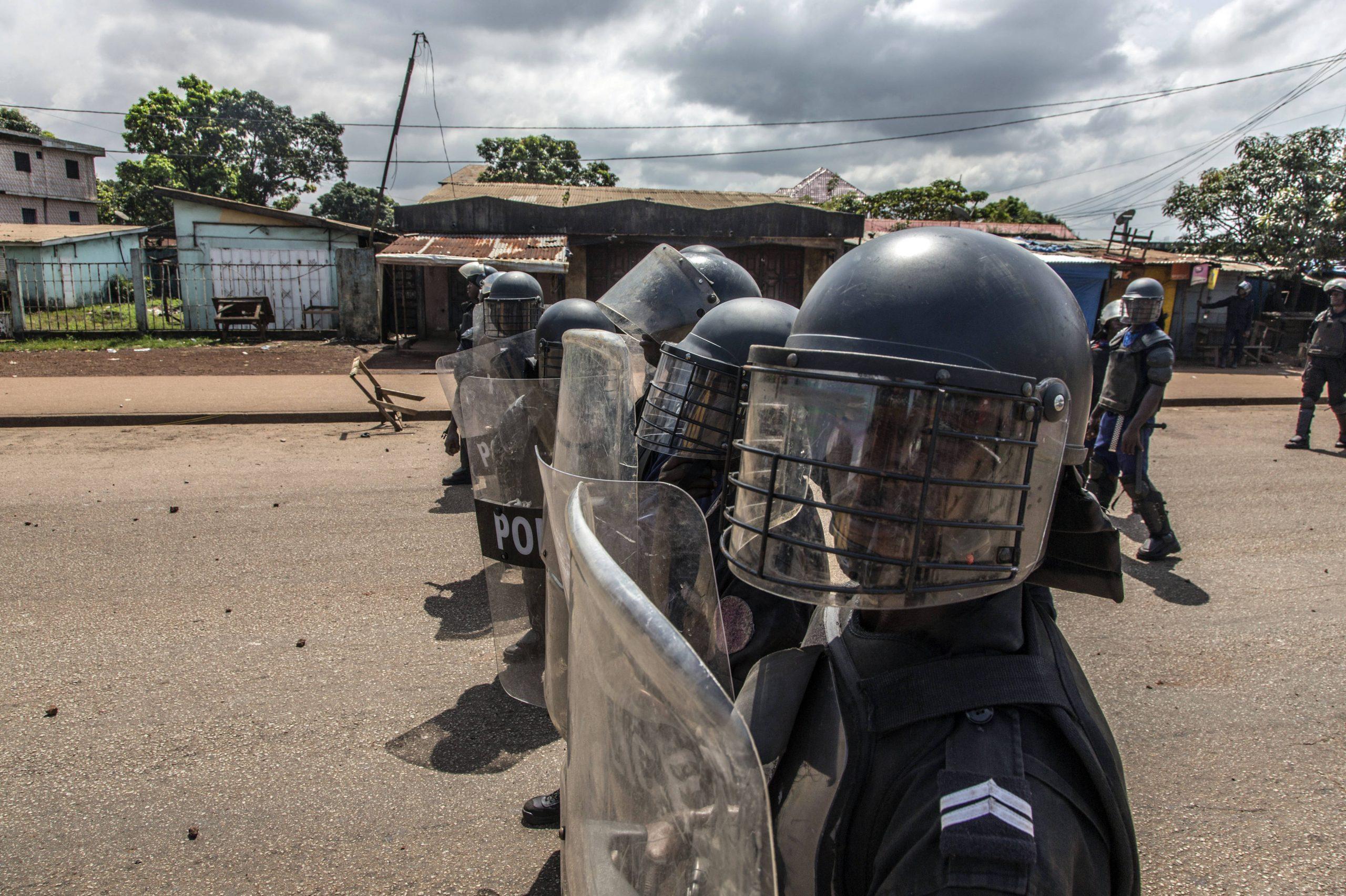 Des policiers font face à des partisans de Cellou Dalein Diallo, à Conakry le 21 octobre 2020.