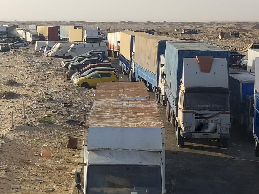 Camions bloqués à Guerguerate, avant l'intervention de l'armée marocaine.