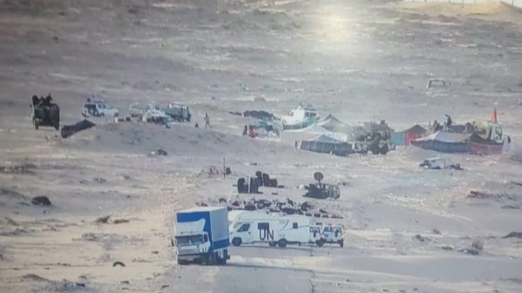 Les convois de la Minurso s'éloignant du campement du Polisario.