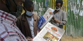 Des Éthiopiens lisent des journaux faisant état de la confrontation militaire en Éthiopie, le 7 novembre 2020 à Addis Abeba.