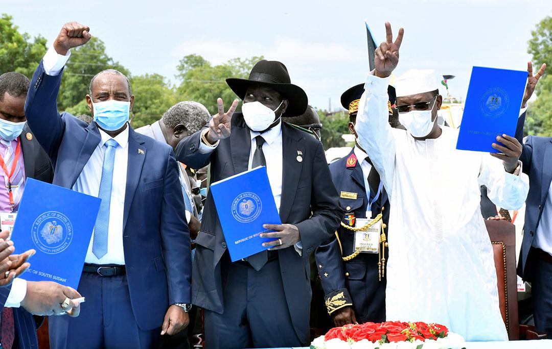 De g. à dr., Abdel Fattah al-Burhan, leader de latransition soudanaise, Salva Kiir, président du Soudan duSud, et Idriss Déby Itno, lors de la signature de l'accord de paix, parrainé par le président tchadien, entre le Soudan et les rebelles sud-soudanais, le 3octobre, à Juba.