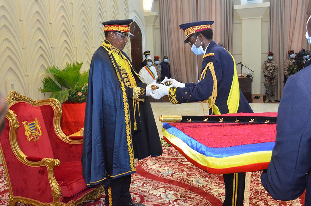 Le 11août, jour du 60e anniversaire de l'indépendance du pays, Idriss Déby Itno reçoit à l'Assemblée nationale les insignes de maréchal du Tchad.
