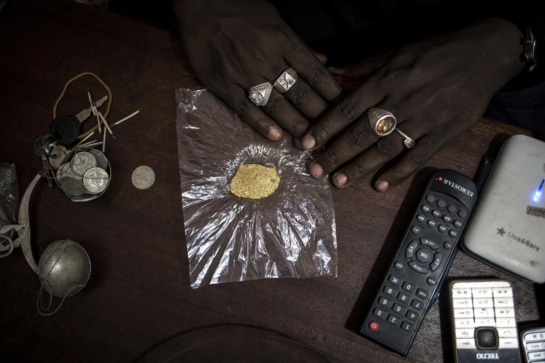 Négoce d'or à Mambasa, RDC. Ces 6 grammes d'or prendront soit la route - légale - de Bunia, soit celle, clandestine, de l'Ouganda voisin.