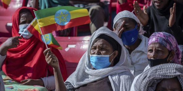 Une femme agite le drapeau éthiopien en soutien à la stratégie militaire d'Addis-Abeba face au Tigré, le 12 novembre 2020.