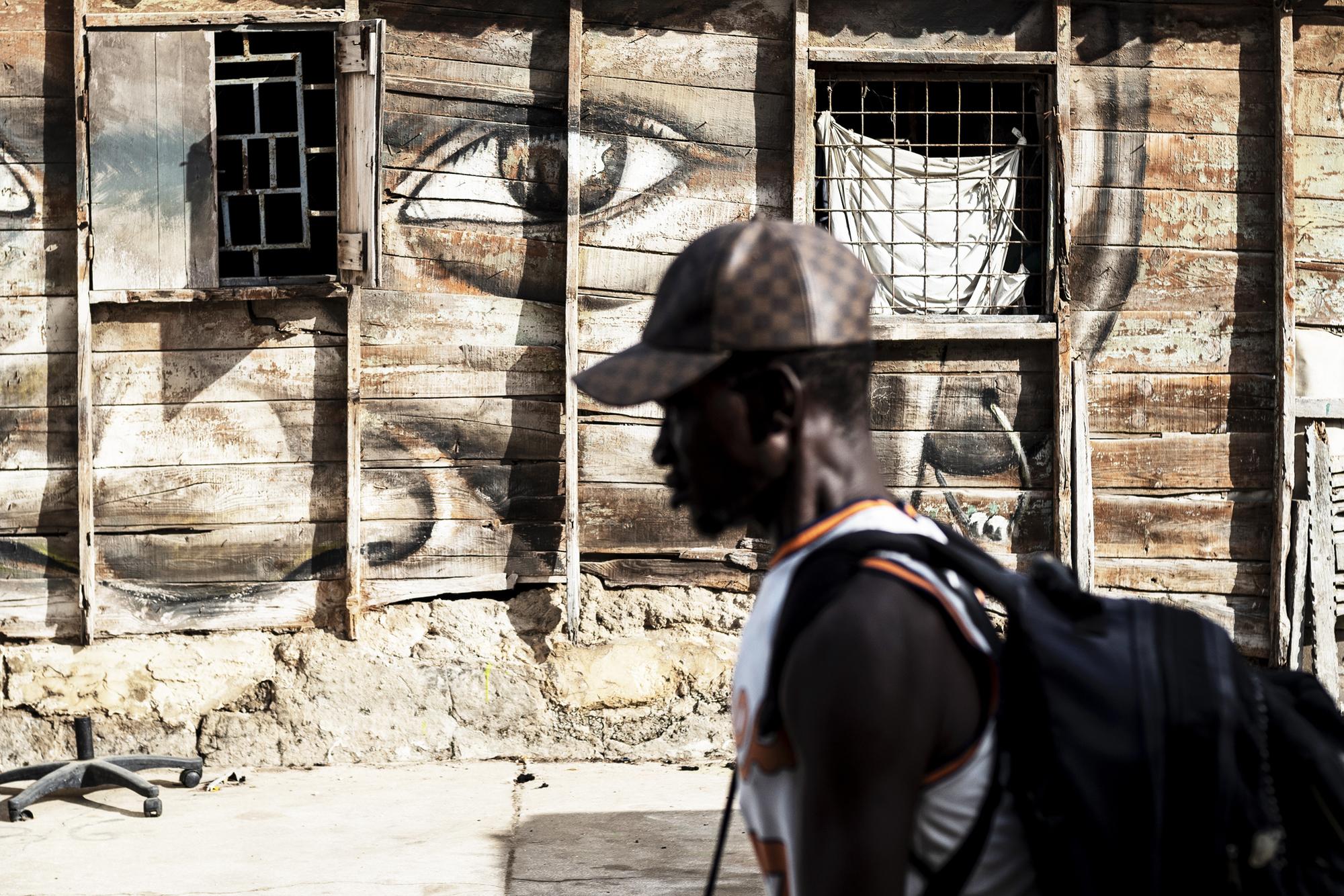 Des visites guidées font découvrir les Suvres de street art, comme ce visage réalisé par Sabotaje Al Montaje.
