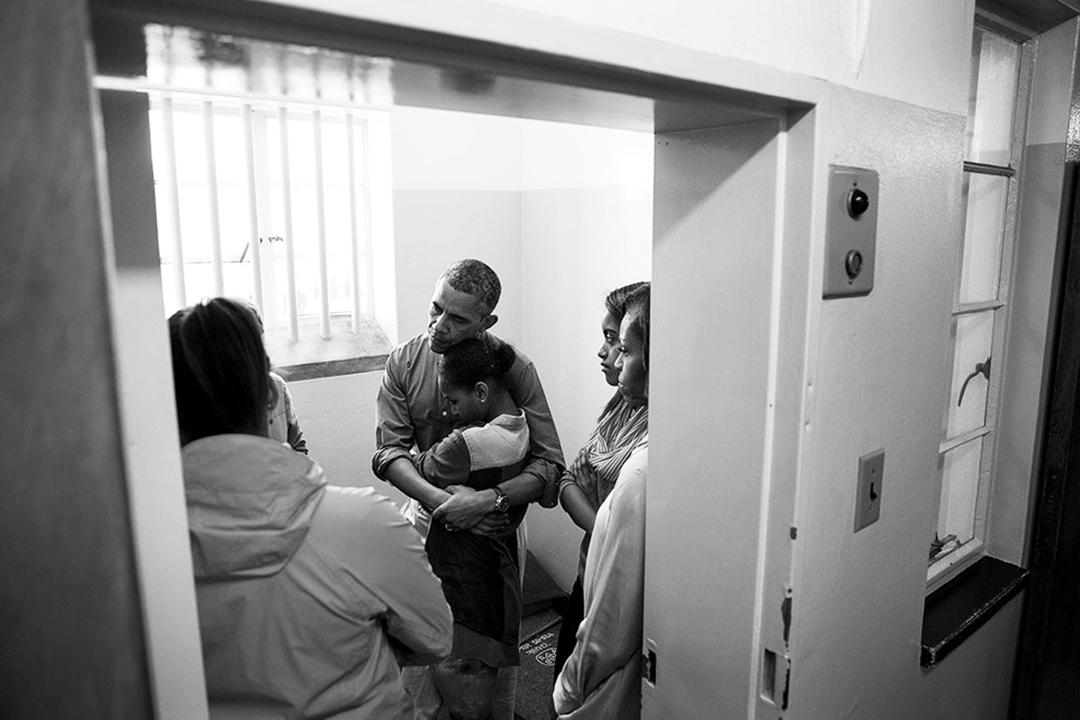 Barack Obama, sa femme Michelle et ses filles Malia et Sasha dans la cellule de Nelson Mandela à Robben Island, le 30 juin 2013