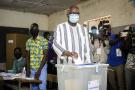 Le président-candidat Roch Marc Christian Kaboré vote lors de la présidentielle le 22 novembre 2020, au Burkina Faso.