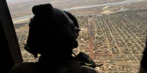 Vue depuis un hélicoptère français de l'opération Barkhane, en mai 2017 au dessus de Gao, dans le nord du Mali.