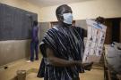 Lors du dépouillement, à l'issue du scrutin présidentielle, dans un bureaux de vote de Ouagadougou, le 22 novembre.
