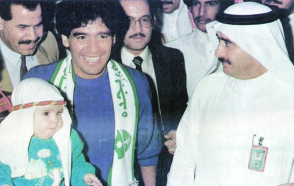 Diego Maradona à Djeddah, en 1987, arborant l'écharpe du club saoudien Al-Ahli.