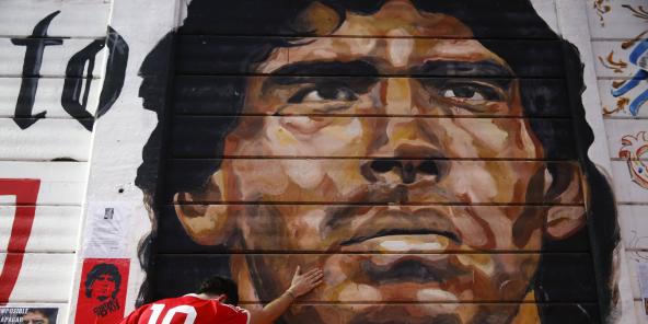 Un supporter se recueille devant une fresque de Maradona, en Argentine, le 25 novembre 2020.