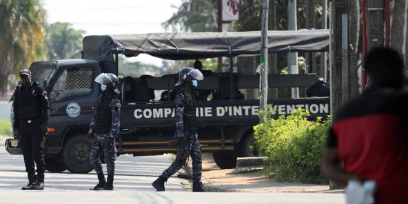 Les forces de sécurité ivoiriennes entourent la résidence d'Henri Konan Bédié à Abidjan, le 3 novembre 2020