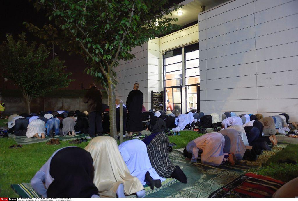 Fidèles en train de prier au tout début du Ramadan 2016 à la Mosquée de Drancy.