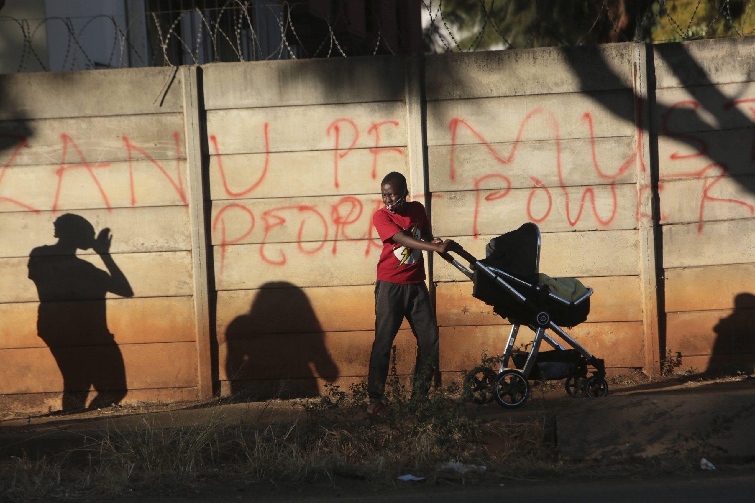 Un graffiti crtitiquant le ZANU-PF, à Harare en juin 2020.