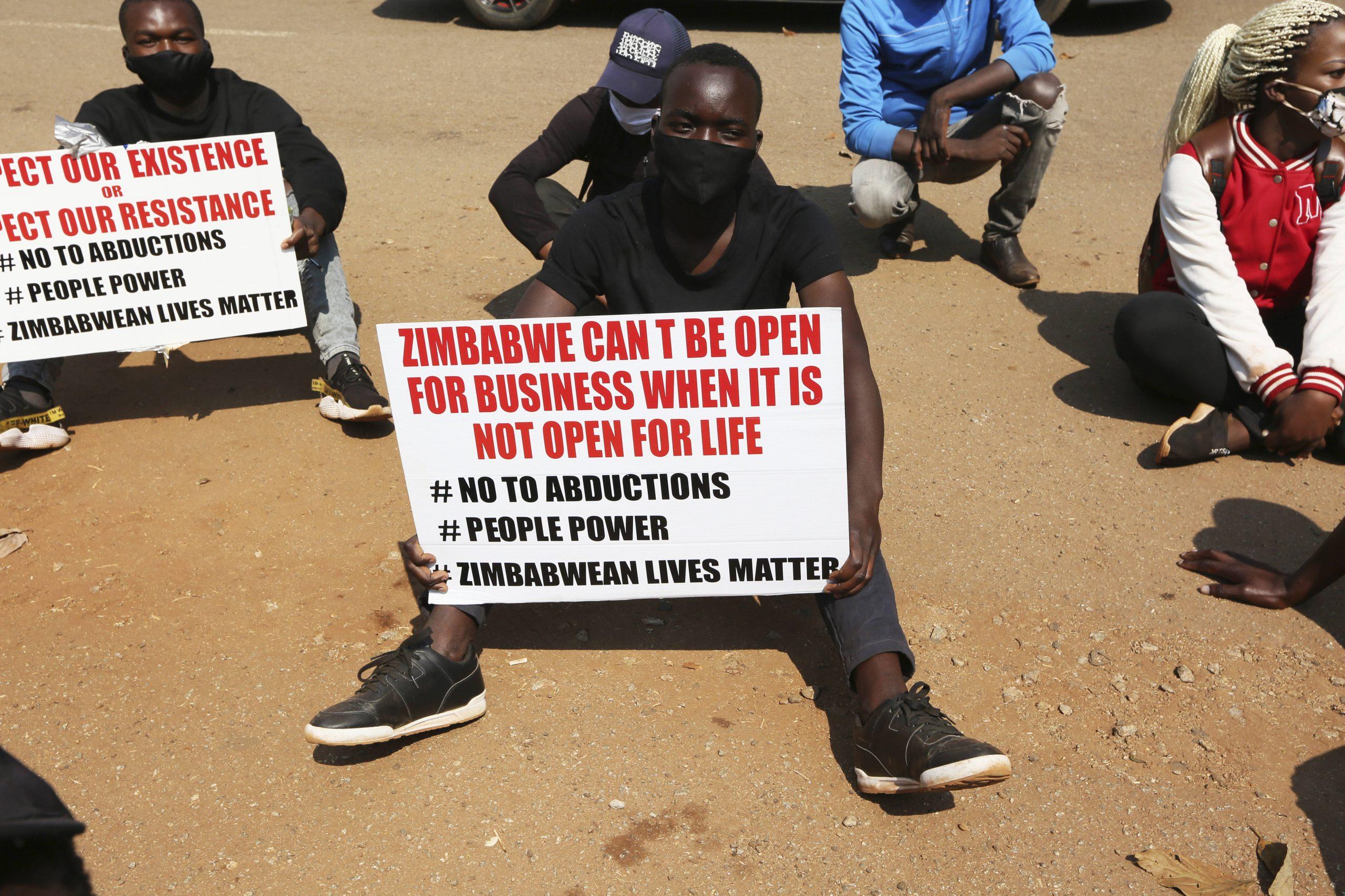 Une manifestations dénonçant les atteintes aux droits humains, à Harare en septembre 2020.