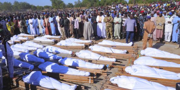 Les funérailles des personnes tuées dans une attaque à Zaabarmar, au Nigeria, le 29 novembre 2020.