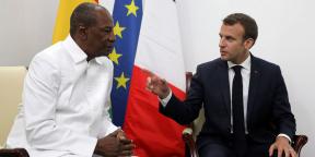 Le président guinéen Alpha Condé et son homologue français Emmanuel Macron, lors du sommet de l'UA à Nouakchott, le 2 juillet 2018.