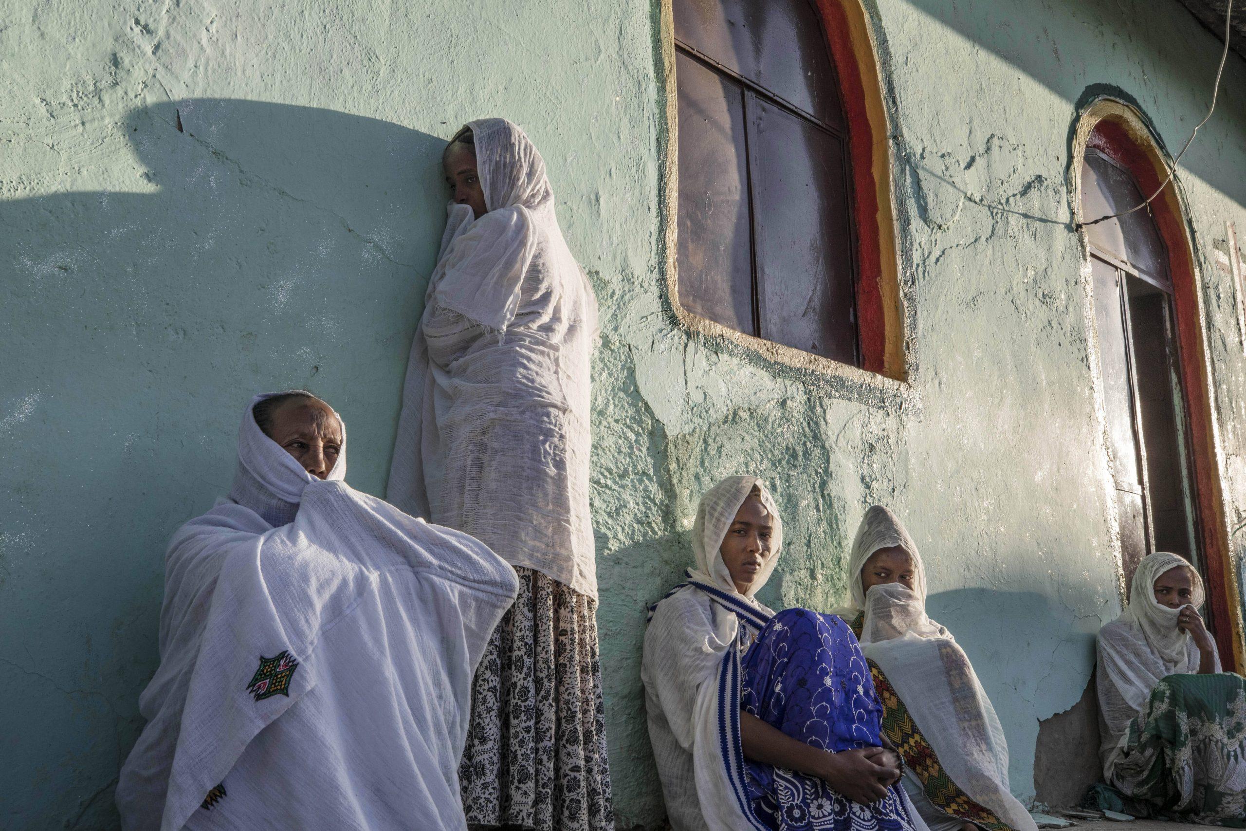 Des réfugiées tigréennes prient lors d'une messe au camp de Qadarif, près de Umm Rakouba, dans l'est du Soudan, le 29 novembre 2020.