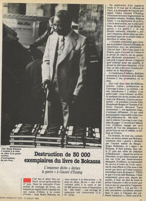 Jean Bedel Bokassa, qui assiste en personne à la destruction des copies de son ouvrage, le 27 juin 1985.