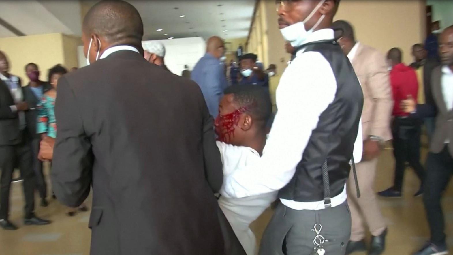 Un blessé lors des affrontements entre députés pro-Kabila et pro-Tshisekedi au Parlement congolais, à Kinshasa, le 8 décembre 2020.