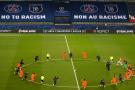 Les joueurs de foot et les arbitres, à genoux, en signe de protestation contre le racisme dans le foot. Le 9 décembre 2020 en amont du match PSG-Basaksehir au Parc des Princes à Paris.