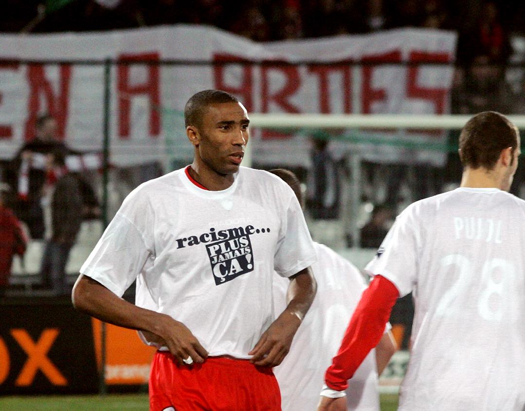 Addeslam Ouaddou porte un t-shirt contre le racisme, le 23 février 2008, à Valenciennes