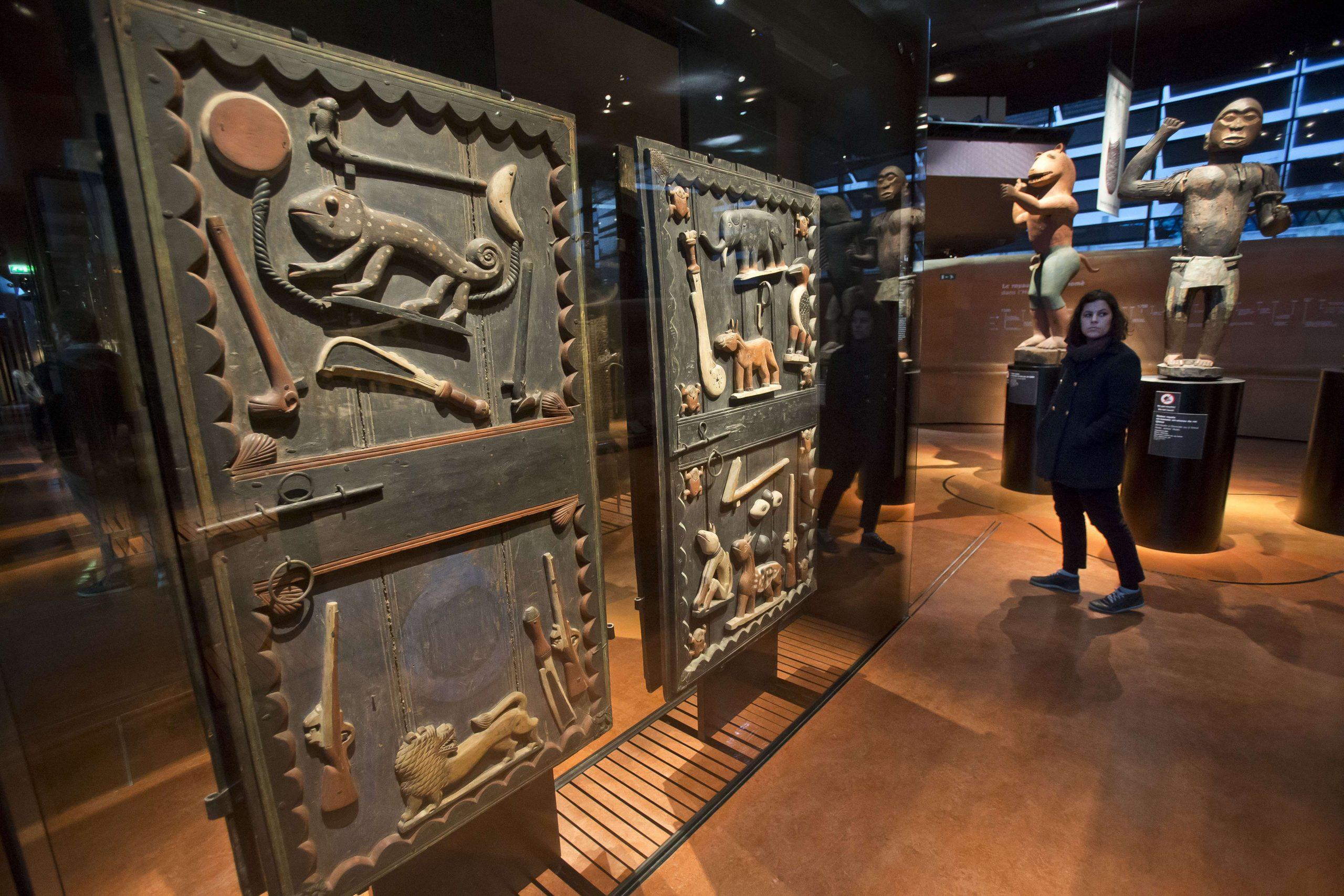 Les portes du palais du roi Gélé, de l'ancien Dahomey, exposées au musée du Quai Branly, à Paris.