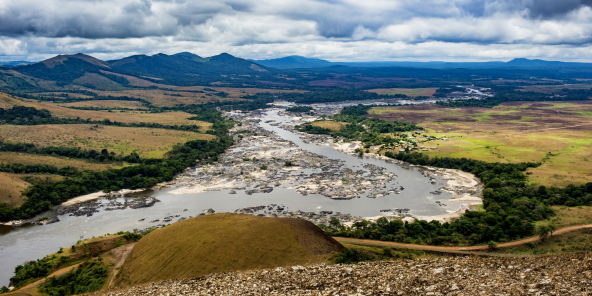 Le fleuve Ogooué traverse le parc, classé en 2007 au patrimoine mondial de l'Unesco.