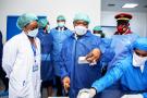 Ali Bongo Ondimba, visitant une usine de médicaments, àNkok, en novembre 2020.