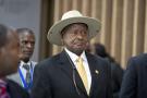 Museveni a fait sauter le verrou constitutionnel des deux mandats en 2005, puis supprimé en 2017 la limite d'âge, alors fixée à 75 ans, pour briguer la magistrature suprême.