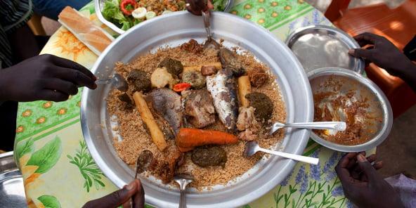 Traditionnellement présenté dans un large plat rond, le thiébou dieune est le fruit d'« un art méticuleux, d'une préparation très codifiée ».