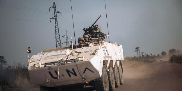 Les forces spéciales portugaises de la Minusca roulent sur la nationale 1 en direction des affrontements qui ont eu lieu à 50 kilomètres de là entre des groupes armés et les forces centrafricaines, à Boali, le 22 décembre 2020.